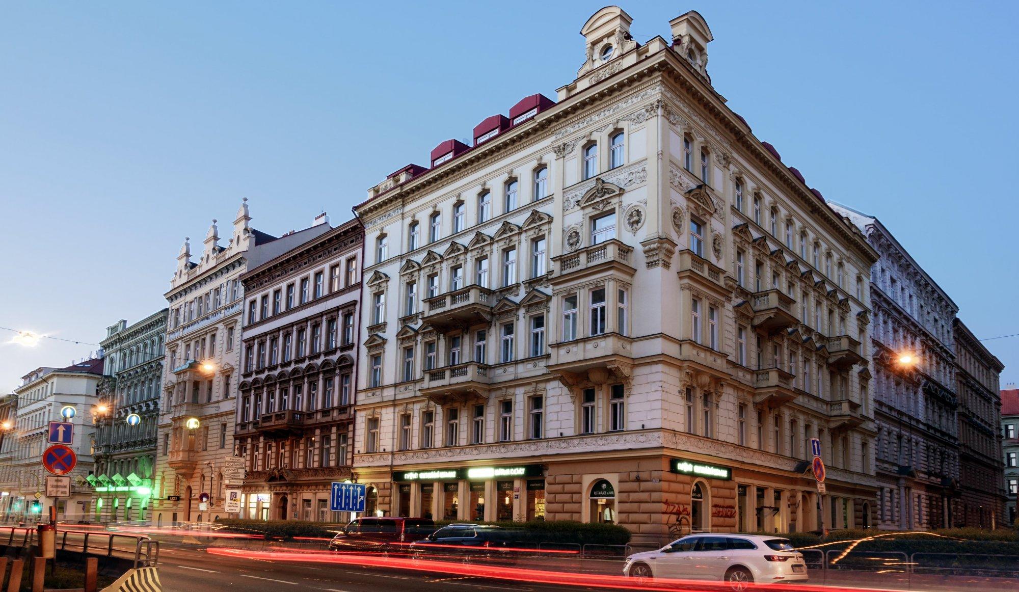 Pohled z ulice Legerova - Půdní byt 1+kk, plocha 23 m², ulice Tyršova, Praha 2 - Nové Město | 1
