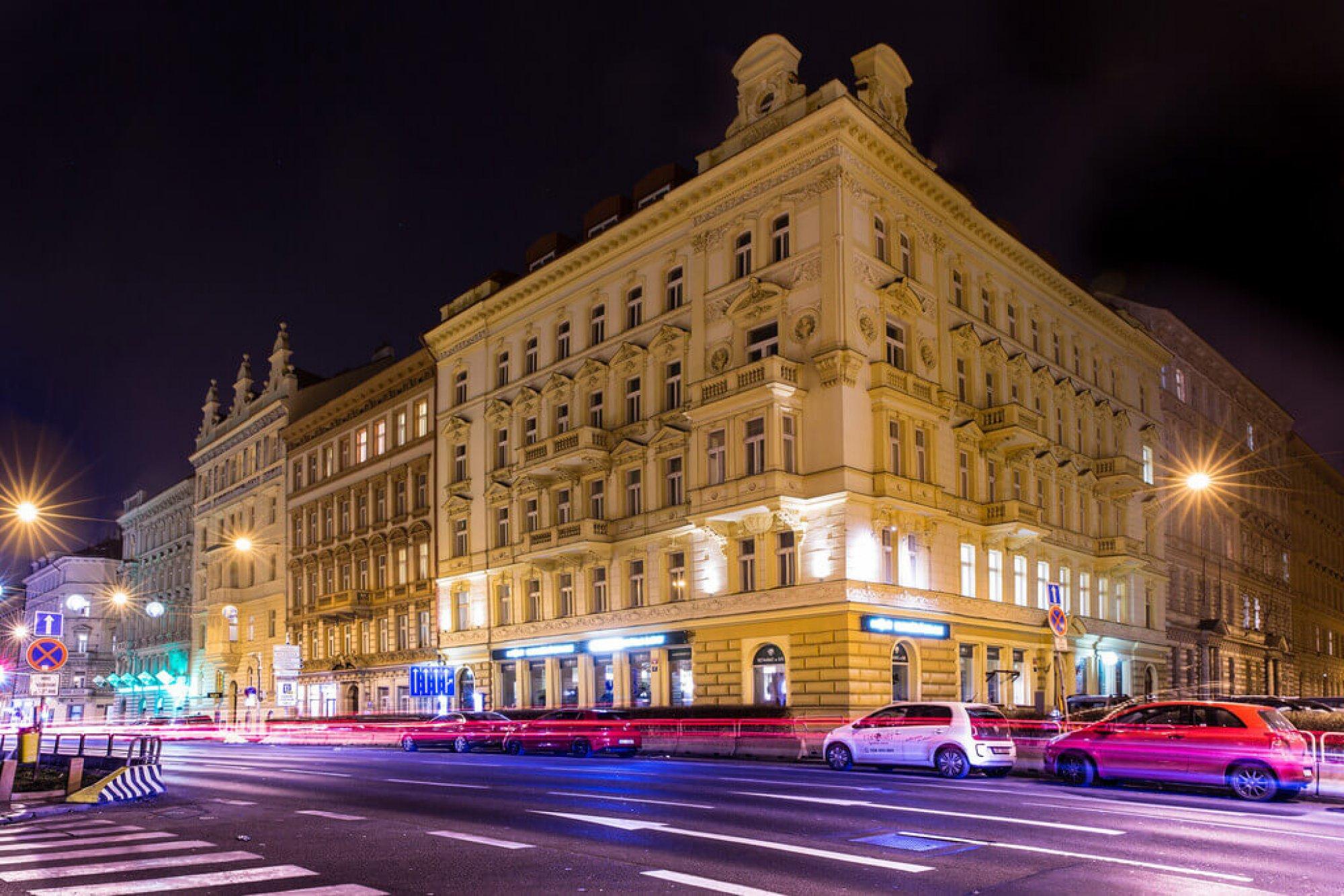 Noční pohled - Půdní byt 1+kk, plocha 28 m², ulice Tyršova, Praha 2 - Nové Město | 3